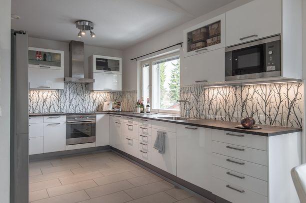 Kuviollinen välitila tekee valkoisesta keittiöstä persoonallisen.
