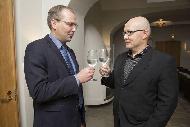 Puolustusministeri Jussi Niinistö sanoo kautensa tärkeimmän asian olleen Suomen valmiustason nostamisen. Oikealla Iltalehden Juha Ristamäki.