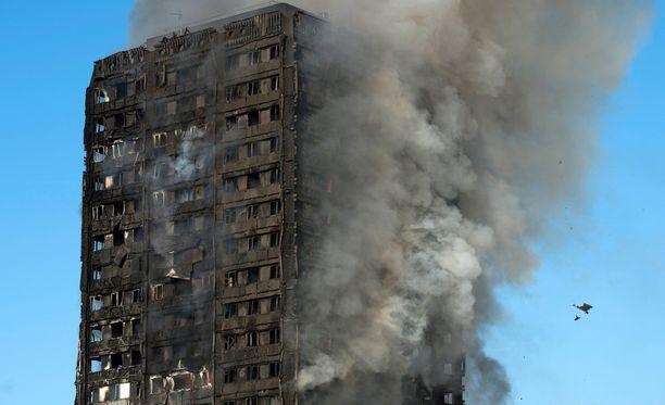 Asuinrakennus Grenfell Tower paloi Lontoon Kensingtonissa eilen. Lukuisia ihmisiä on yhä kateissa.