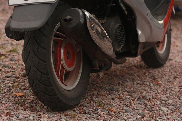Mopo ja moottoripyörä kolaroivat Kouvolassa.
