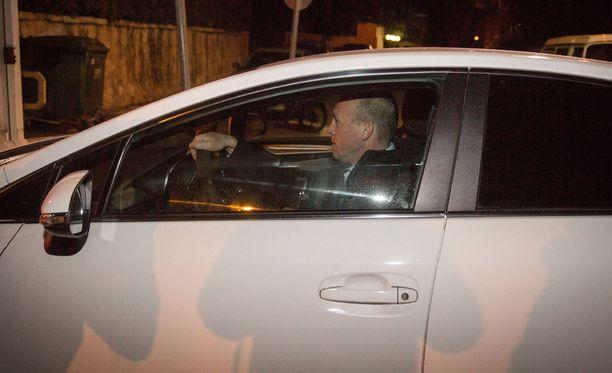 Poliisi saapuu kuulustelemaan pääministeriä hänen asunnolleen.