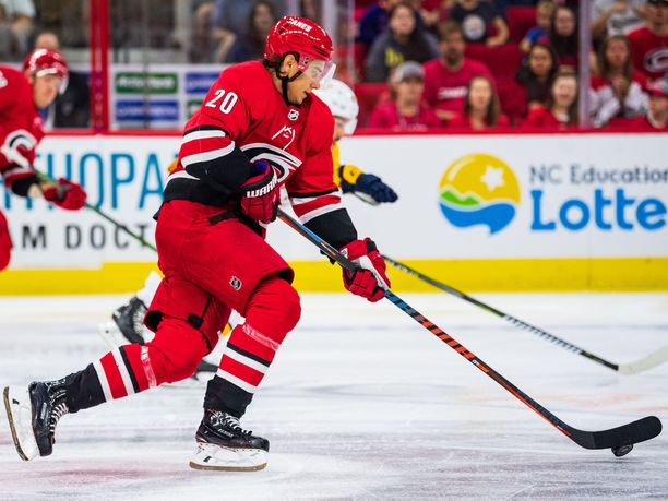 Sebastian Aho on aloittanut kolmannen NHL-kautensa huimalla tavalla.