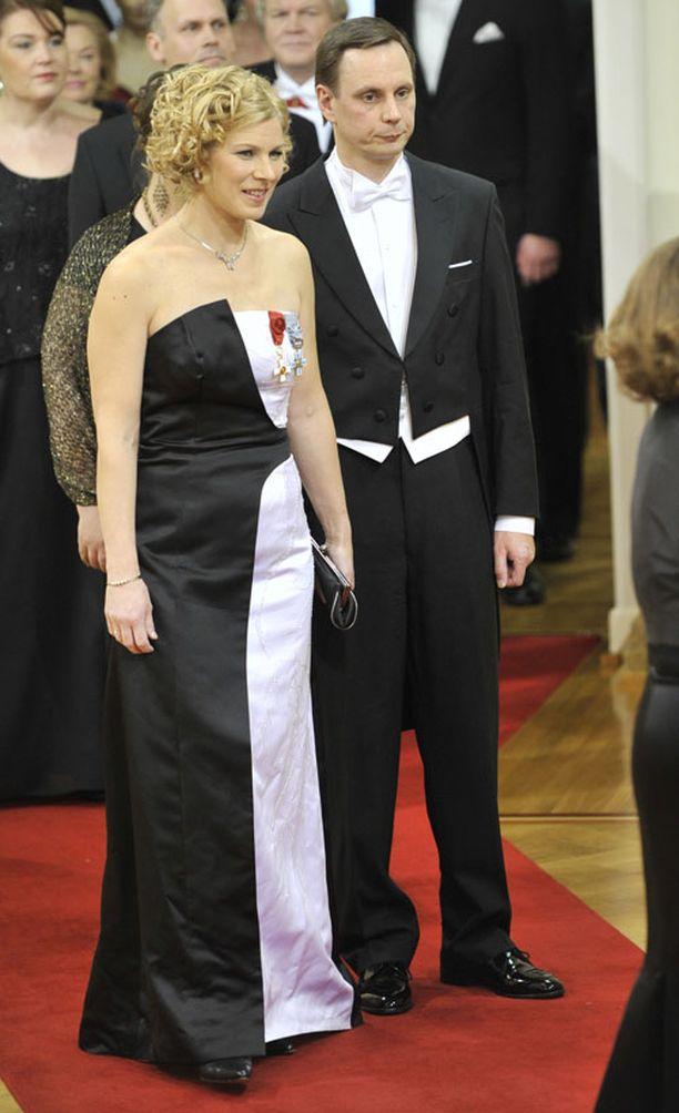 Europarlamentaarikko Marjo Matikainen-Kallström pukeutui erikoiseen ja näyttävään mustavalkoiseen pukuun.