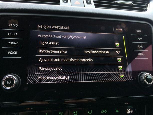 Oman auton asetuksen kannattaa käydä huolella läpi. Joissain autoissa valot voi esimerkiksi asettaa kytkeytymään automaattisesti sateella päälle.