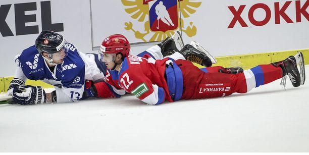 Suomen Mikael Ruohomaa ja Venäjän Marat Khusnutdinov vaihtoivat kuulumisia torstain ottelussa.
