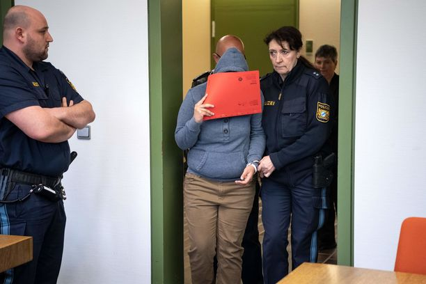 Naisen oikeudenkäynti alkoi tiistaina.