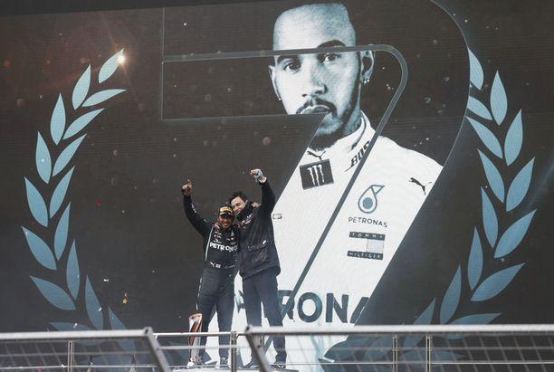 Lewis Hamilton juhli yhdessä Mersun tallipäällikön Toto Wolffin kanssa.