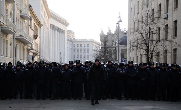 Ukrainassa poliisi on kohdellut mielenosoittajia kovalla kädellä. Kuvassa poliisi vartioi presidentin hallintorakennusta.
