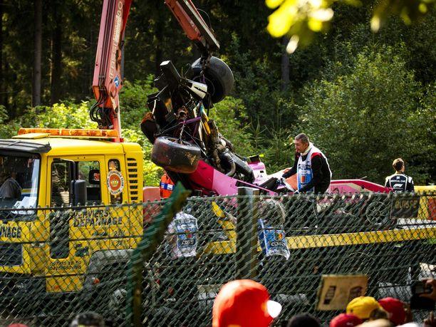 Giuliano Alesi menetti viime lauantaina Spassa autonsa hallinnan huippunopeassa Raidillon-mutkassa. Vakavaan onnettomuuteen johtaneessa tilanteessa oli valtava määrä epäonnea, ja lopputuloksena oli musertava tragedia, kun Anthoine Hubert, jonka autoa nostetaan kuvassa lavalle, menehtyi saamiinsa vammoihin.
