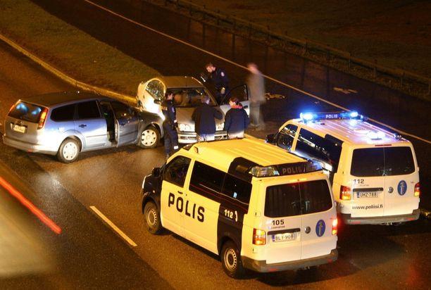 Kuvassa poliisi pysäytti takaa-ajetun ajamalla siviiliautolla pakenijan kylkeen Helsingissä joitakin vuosia sitten. Pulssiase olisi pysäyttänyt karkurin nopeammin.