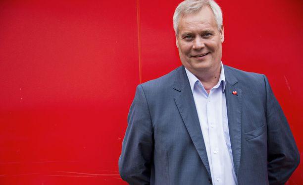 Antti Rinnettä hymyilyttää, koska SDP on mielipidemittausten mukaan suosituin puolue.