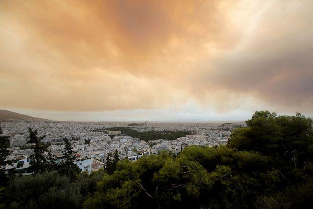 Maastopaloista aiheutunut savu peitti maanantaina alleen Geranian kylän.