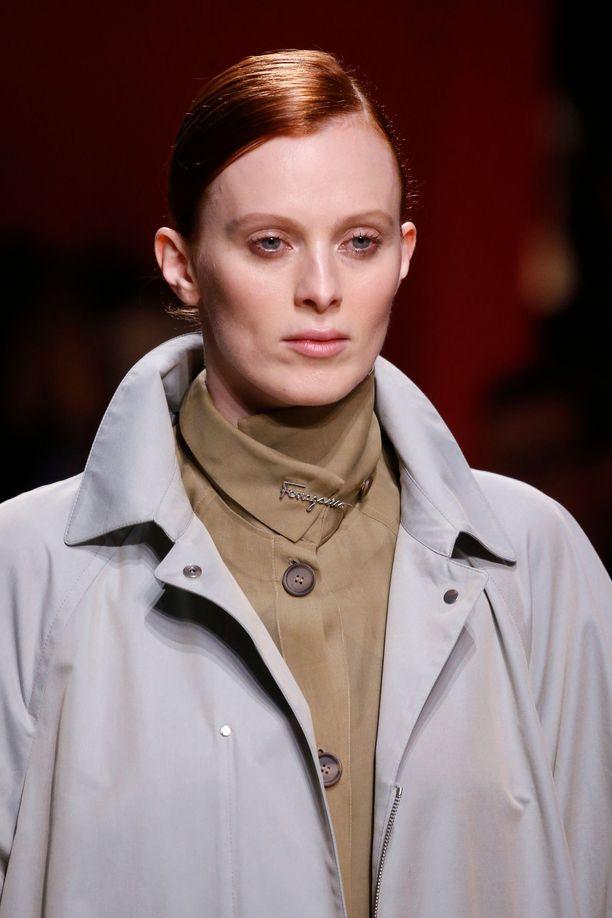 Karen Elsonin pehmeän pronssinen tukka sopii kalpeaan ihoon.