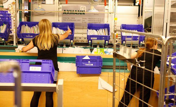 Postinlajittelua Itellan postikeskuksessa Helsingin Ilmalassa.
