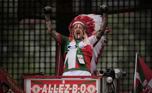 """Tapelkaa pojat, saatte tupakkaa! Tämä Toulousen """"Punanahkojen"""" kannattaja onnistui sotahuudoillaan kannustamaan joukkueensa voittoon rugbyottelussa Biarritz Olympiqueta vastaan."""