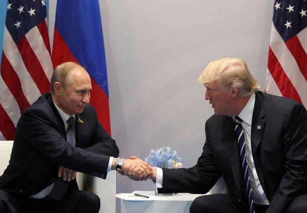Yhdysvaltojen presidentti Donald Trump ja Venäjän presidentti Vladimir Putin kättelivät pariinkin otteeseen G20-maiden huippukokouksessa Hampurissa heinäkuussa.