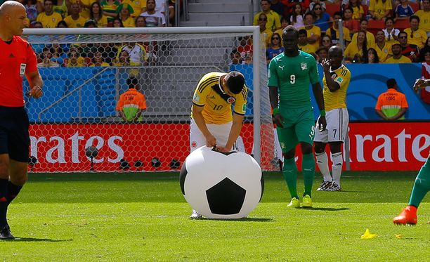 Jättimainen pallo lensi katsomosta kentälle kesken ottelun.