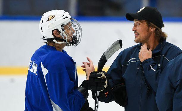 Leevi Selänne on saanut isältään Teemulta neuvoja jääkiekkouransa varrella.