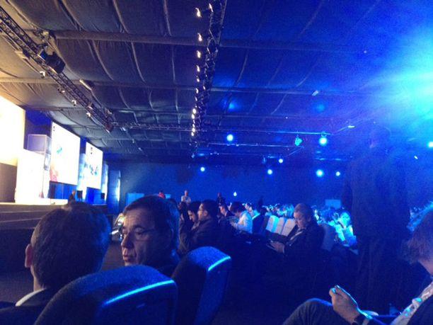 Stephen Elopia kuuntelemaan saapunutta yleisöä.