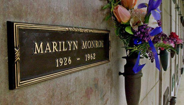 Monroe on haudattu kryptaan Westwood Village Memorial Park -hautausmaalle Los Angelesissa.