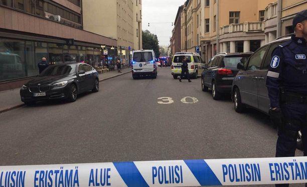 Kuljettaja pysäytti autonsa Annankadulle, jonka jälkeen hän suuntasi suoraan vieressä olleeseen baariin.