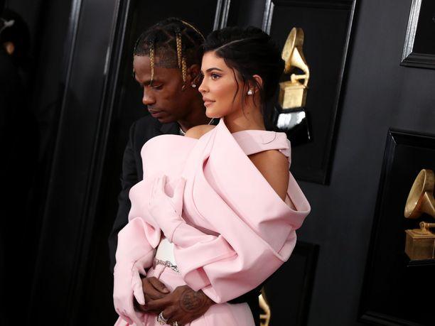 Kylie Jenner ja Travis Scott ovat olleet yhdessä vuodesta 2017.  Pariskunnalla on helmikuussa 2018 syntynyt tytär.