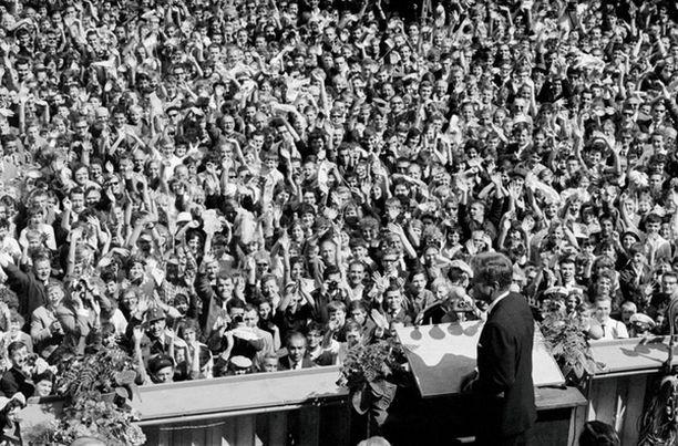 John F. Kennedy valaa rohkeutta yleisöönsä Berliinin muurilla.