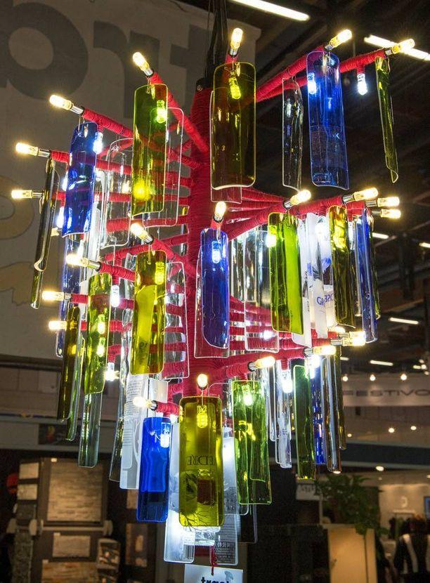 Kolmen kiinalaisopiskelijan suunnittelemassa valaisimessa on käytetty kierrätettyä lasia.