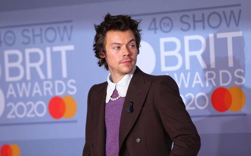 Harry Styles esitteli uuden tukkansa – kiharat katosivat
