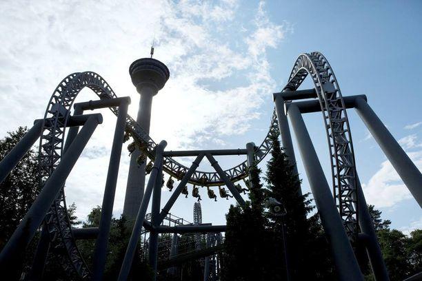 Perheenisä haluaisi viedä lapsensa Särkänniemen huvipuistoon.