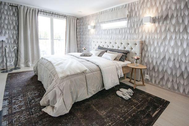Tämä näyttää lähes perinteiseltä pehmustetulta sängynpäädyltä. Kyseessä on kuitenkin sängystä erillinen pääty, joita on tarjolla eri valmistajilla. Tässä Diana-niminen sängynpääty.
