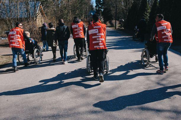 Osassa Keski-Suomen vastaanottokeskuksia vapaaehtoisten toiminta ja ystävätoiminta tehtiin mahdottomaksi. Vantaalla turvapaikanhakijat sen sijaan ovat päässeet itsekin mukaan vapaaehtoistoimintaan (kuva).