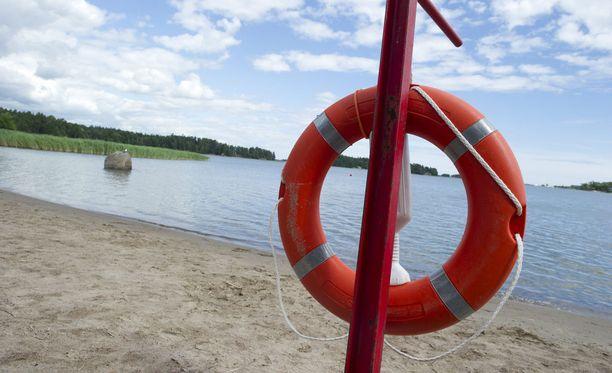 Etelä-Savon päivystävä palomestari Eero Aho muistuttaa, että yleisillä uimarannoilla on aina pelastusrengas. Kuvituskuva.