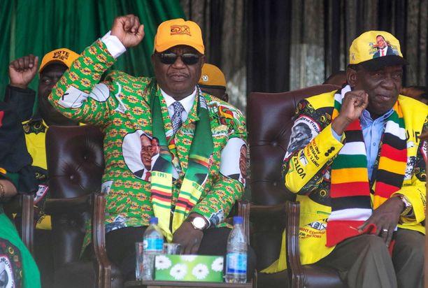 Väliaikaishallituksen varapresidentti ja puolustusministeri, armeijan ex-komentaja Constantino Chiwenga (vas.) sekä presidentti Emmerson Mnangagwa Hararessa heinäkuun lopulla.
