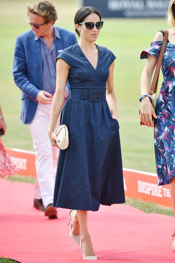 Onko kesäinen suosikkimme sittenkin tämä? Carolina Herreran naisellinen denim-mekko täydentyy J- Crewn laukulla.