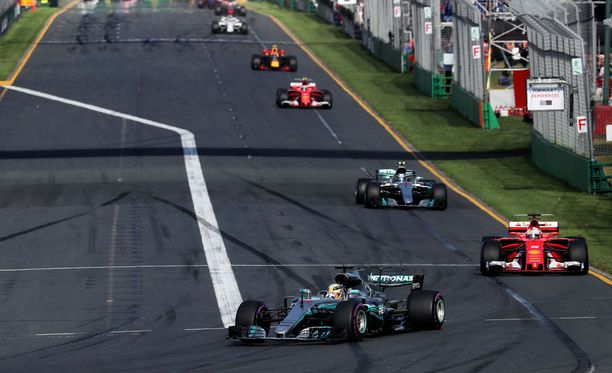 Lewis Hamilton ajoi Australiassa paalupaikalle, mutta oli kilpailun ruutulipulla 10 sekutia Sebastian Vettelin jälkeen.