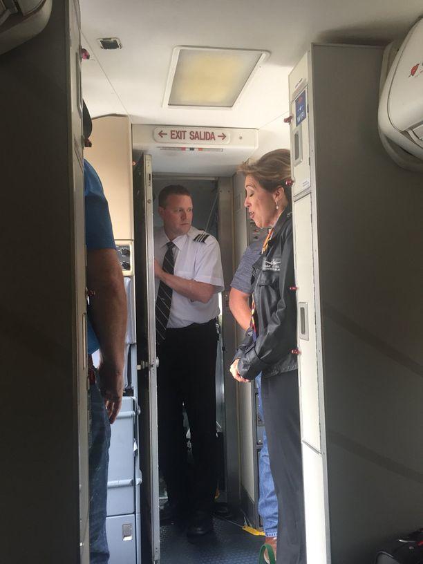 Matkustaja otti kuvan lentäjä Tammie Jo Shultsista ja lentoperämiehestä poistuessaan koneesta.