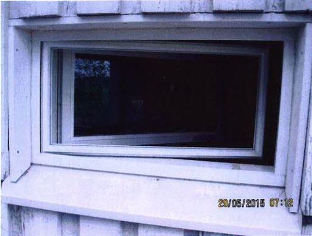 Pesuhuoneen ikkuna rikkoontui.