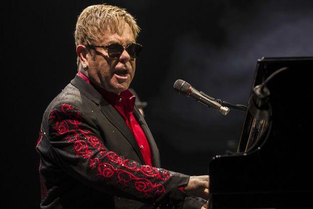 Elton John esiintyi aiemmin Hillary Clintonin varainkeruutilaisuudessa. Kuva eilisestä konsertista Hollannista.