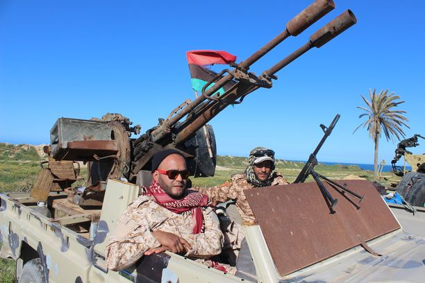 Ajoneuvoja ja sotilaita matkalla liittymään Tripolin hallituksen joukkoihin. Libyassa kiihtyvien taistelujen tieltä on paennut jo tuhansia ihmisiä.
