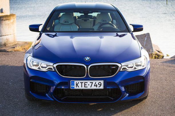 M5 on ensimmäistä kertaa nelivetoinen. Auton tosin pystyy kytkemään myös 100 prosenttisesti takavetoiseksi.