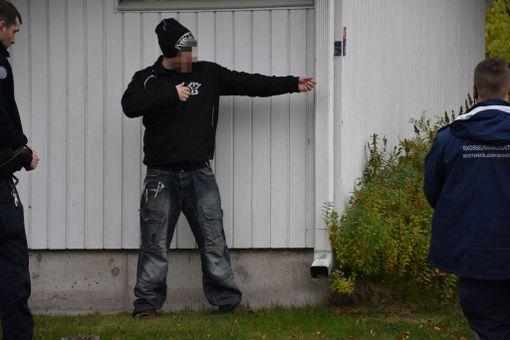 Haulikkomies vaani poliiseja autokatoksen takana, mutta väittää, että teki vain ampumaeleitä.