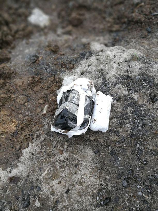 Muovi- ja teippikääreisiin suljetun paketin sisältä löytyi neljä pussia täynnä pillereitä.