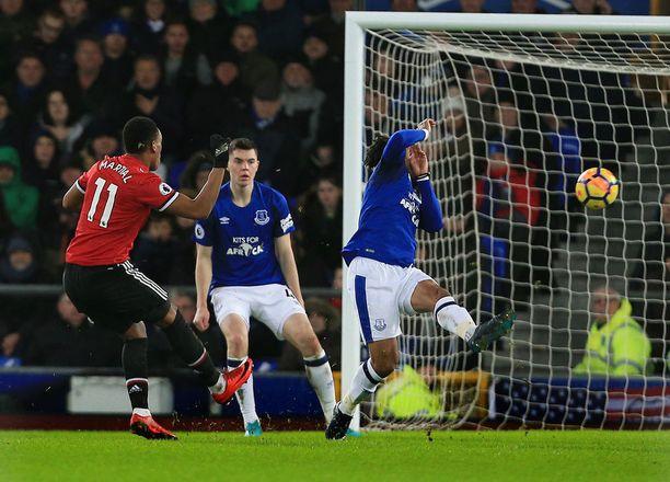Anthony Martial viimeisteli komean voittomaalin Evertonin verkkoon.