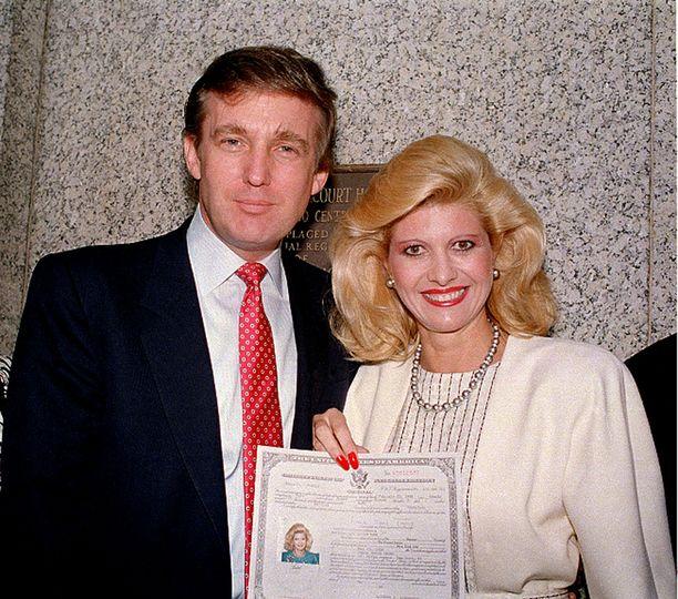 Donald ja Ivana Trump vuonna 1988. Ivana on juuri saanut Yhdysvaltain kansalaisuuden.