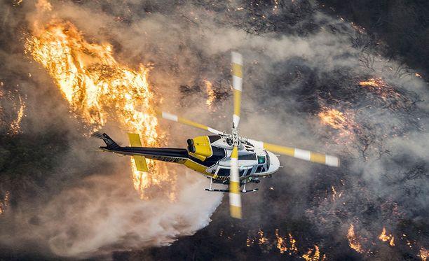 Skirball-niminen maastopalo uhkaa Kaliforniassa Los Angelesin vauraimpia asuinalueita. Los Angelesin palopäällikön mukaan Skirball-tulipalosta on saatu hallintaan vasta viisi prosenttia.