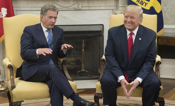 Trump oli Iltalehden toimittajan mukaan rennon oloinen toimistossa.