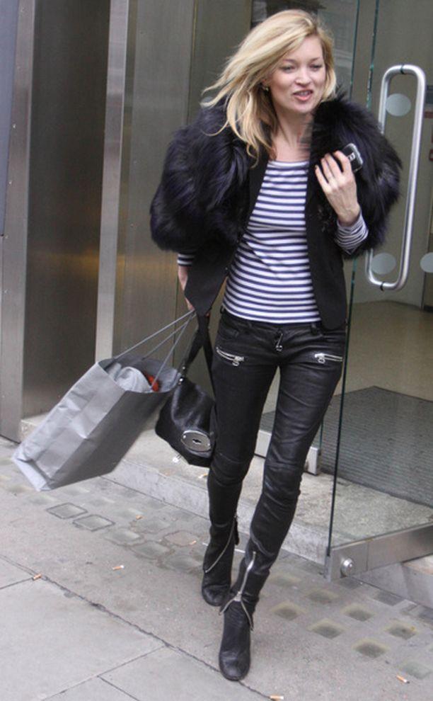 Kate Moss tunnetaan ikinuorekkuudestaan ja tyylitajustaan. Tässä oli kuitenkin kiireiseltä shoppaajalta jäänyt vetoketju auki.