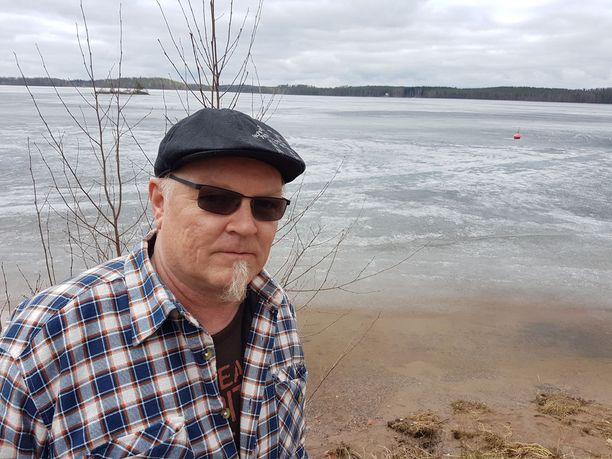 Kouvolalainen Jussi Nieminen vietti puolisonsa kanssa viikonloppua Vuohijärven rannalla. Vielä kaikki oli normaalisti, vaikka puhetta myrkkyvuodosta on riittänyt.