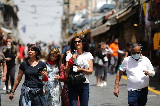 Maskit olivat Jerusalemin katukuvassa harvassa sunnuntaina, kun pakko niiden käyttämisestä poistui.